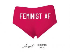 """""""Feminist as fuck"""". 'Bragas feministas' en www.etsy.com (""""también ofrecemos camisetas a juego"""")."""